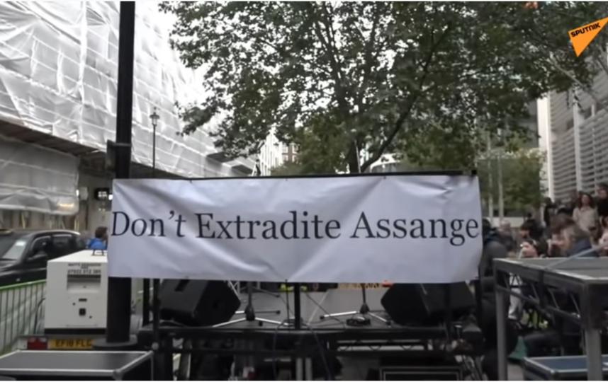 Роджер Уотерс спел в Лондоне. Фото https://www.youtube.com/watch?v=yETgwcKP1-s, Скриншот Youtube
