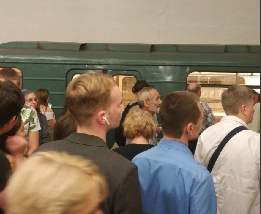 Сбой произошёл на оранжевой ветке метро в Москве. Фото twitter.com/mr_partyzan