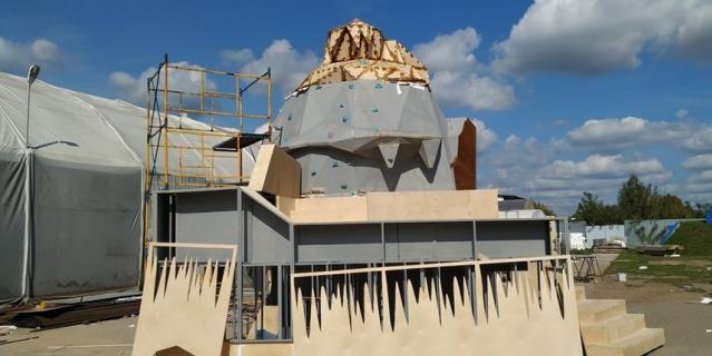 """Девятиметровый скалодром в виде легендарного павильона """"Главхладпром""""."""