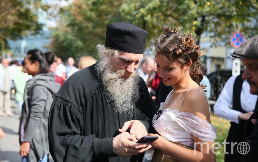 Лев Николаевич Толстой и уличная девушка Дарья «зафолловили» друг друга в соцсетях. Фото Василий Кузьмичёнок