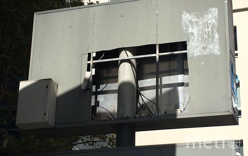 Похитители вырезали большой кусок металлического дорожного щита, на котором был сделан рисунок. Фото Jamila Mimouni @10kirikou