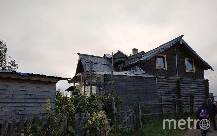 """Соловки - очень контрастное место. Здесь можно увидеть строящийся дом, а можно - разваливающиеся бревна, некогда служившие жилищем. Фото Наталья Сидоровская, """"Metro"""""""