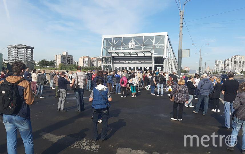 """У """"Дунайской"""" тоже собрались люди. Фото """"Metro"""""""