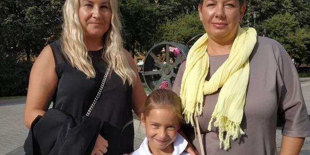 Марина, стилист центра красоты, 46 лет (на фото - слева).