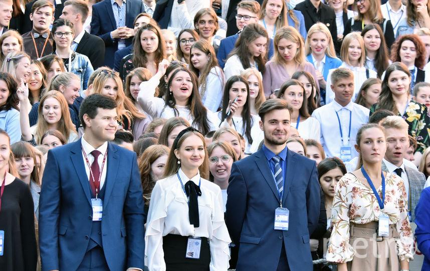 Первый звонок в этом году прозвучал и для 813 первокурсников СПбГУП. Дал его ректор вуза Александр Запесоцкий, поддержали традицию 5200 участников праздника. Фото Фото предоставлены пресс-службой СПБГУП