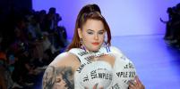 Пышногрудая pluz-size модель Тесс Холлидей блеснула нарядом со смыслом на показе в Нью-Йорке