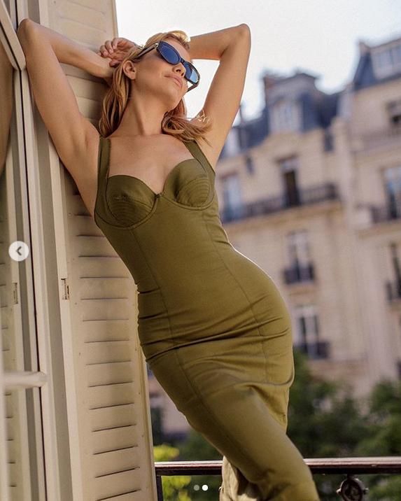 Элегантное платье цвета хаки - почти универсальное решение. Фото Скриншот Instagram: @lenaperminova