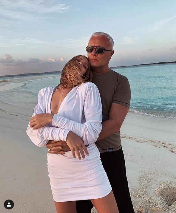Трогательное семейное фото Лены Перминовой с супругом. Сама красотка в белом наряде, подчеркивающем ее достоинства. Фото Скриншот Instagram: @lenaperminova