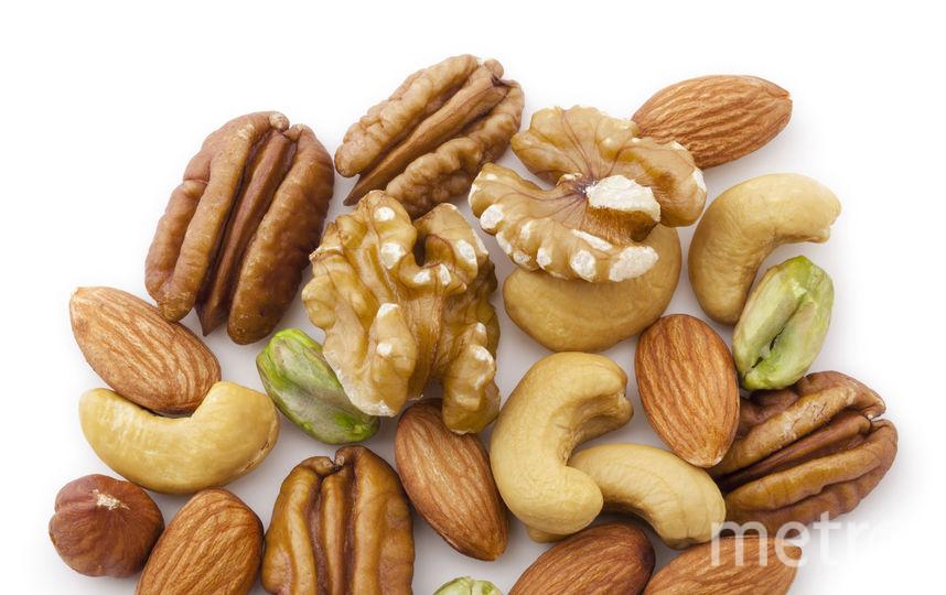 Содержащаяся в орехах и фруктах клетчатка способствует появлению чувства насыщения и полезна для работы ЖКТ. Фото istock
