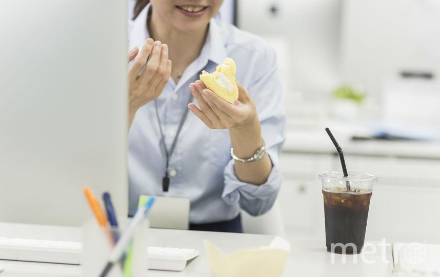 Специалисты по питанию объяснили, почему на работе мы постоянно что-нибудь хотим съесть. Фото istock