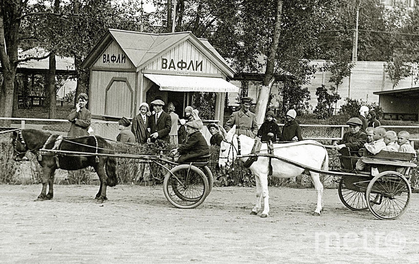 """1930-е годы. Катание в зоосаде на осликах и пони. Фото пресс-служба Московского зоопарка, """"Metro"""""""
