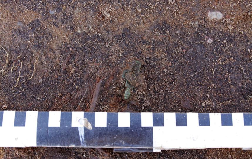 Находки археологов. Погребение 12. Крест из погребения. Фото пресс-службы ИИМК РАН