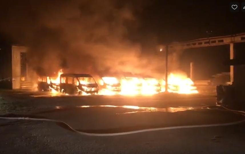 Сообщение о пожаре поступило в дежурную часть в 04:25 11 сентября. Огонь вспыхнул на улице Карла Маркса. Фото vk.com
