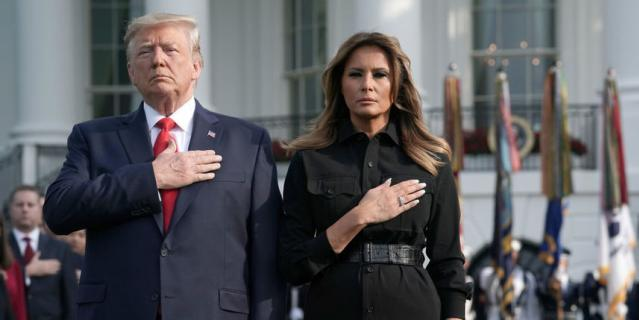 Мелания Трамп и Дональд Трамп на лужайке у Белого дома. Минута молчания. 11 сентября 2019 года.