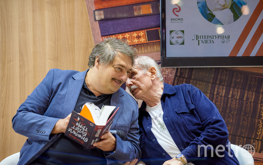Дмитрий Быков (слева) и Михаил Веллер (справа) на презентации романа. Фото все фото предоставлены пресс-службой ЭКСМО-АСТ