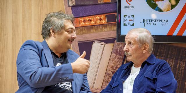 Дмитрий Быков (слева) и Михаил Веллер (справа) на презентации романа.