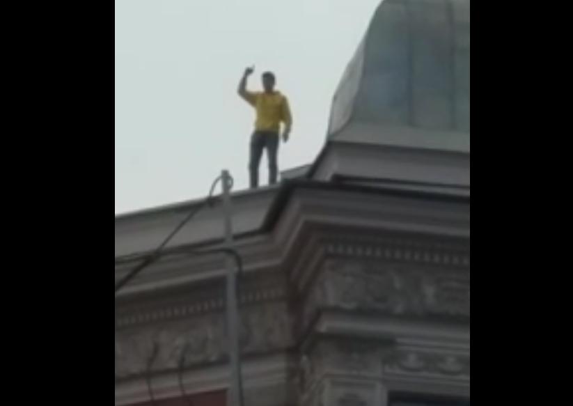 В центре Петербурга спасатели снимали с крыши кричащего мужчину. Фото скриншот видео https://vk.com/nevnovpr