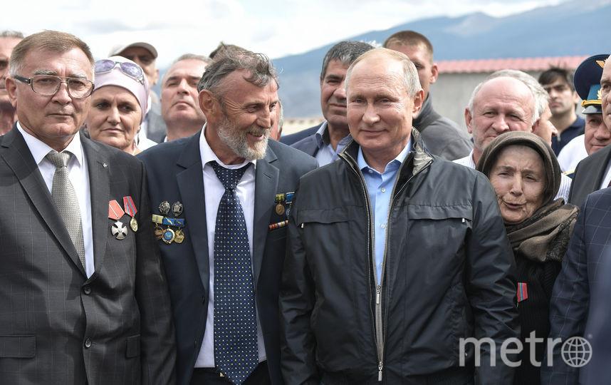 Путин возложил цветы к памятнику погибшим воинам и ополченцам Ботлихского района Дагестана. Фото AFP
