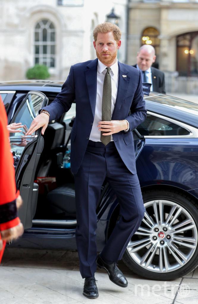 Принц Гарри сам открыл и закрыл дверь автомобиля, не дождавшись водителя. Фото Getty