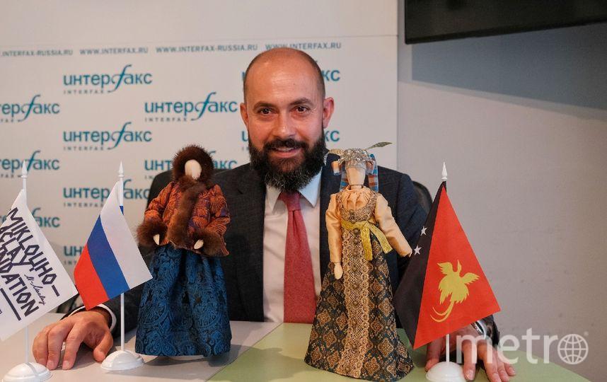 """Миклухо-Маклай с куклами в дизайнерских костюмах. Фото Алена Бобрович, """"Metro"""""""