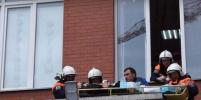 Спасатели подняли с козырька дома сорвавшегося с четвертого этажа мойщика окон