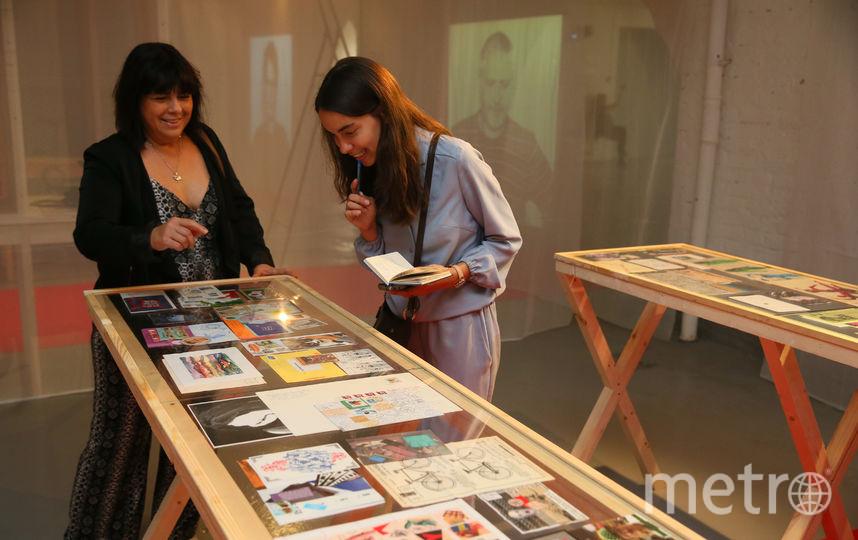 Куратор Евгения Кикодзе и репортёр Metro рассматривают мейл-арт. Фото Василий Кузьмичёнок
