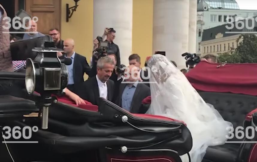 после ЗАГСа молодожёны поехали на венчание в карете. Фото скриншот youtube.com/watch?v=xYBqEYsygrg