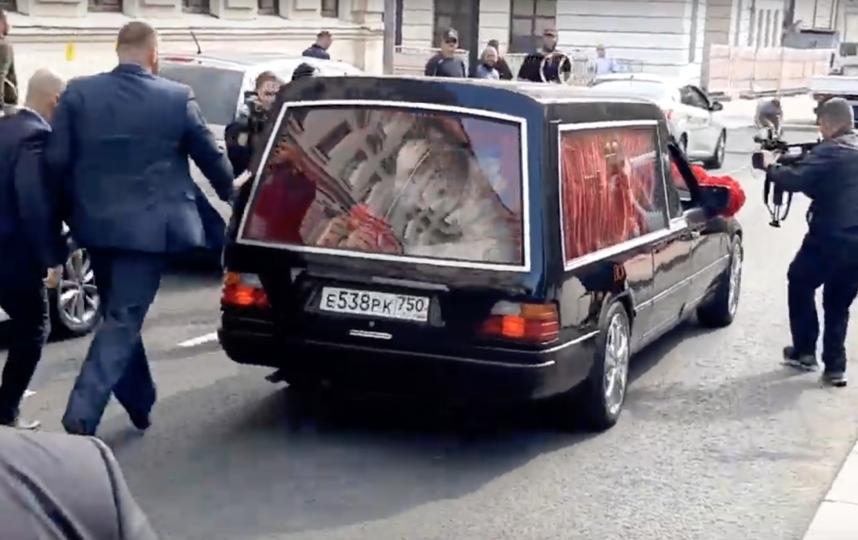 """Пара прибыла в ЗАГС на катафалке с надписью """"Только смерть разлучит нас"""". Фото скриншот youtube.com/watch?v=YHmH8vtUq7U"""