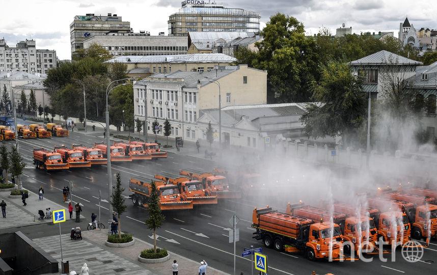 Почти 700 спецмашин приняли участие в параде городской техники. Фото AFP