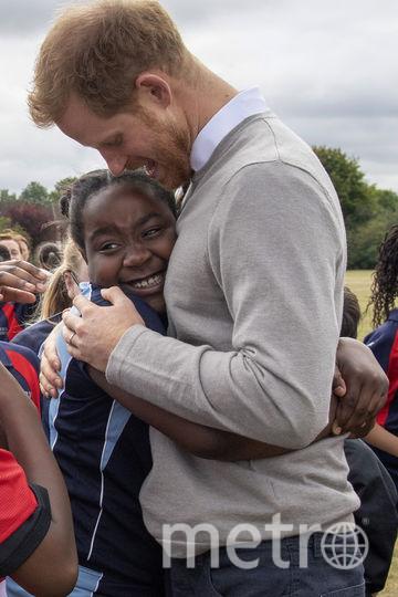 Принц Гарри во время встречи с юниорами футбольного союза регби (РФС). Фото AFP