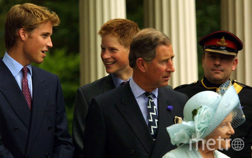 Принц Гарри с братом Уильямом и принцем Чарльзом на праздновании 101-летия матери королевы Елизаветы II, 2001 год. Фото Getty