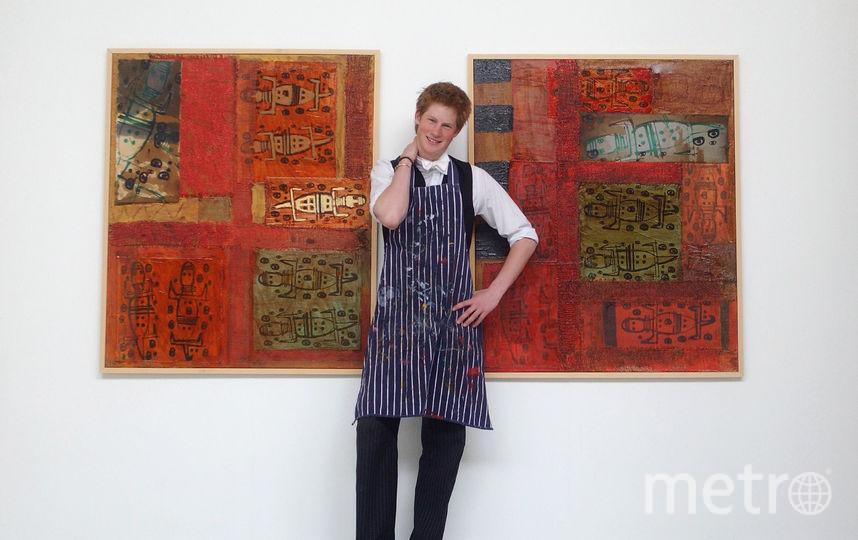 Принц Гарри рядом со своими картинами, 2003 год. Фото Getty