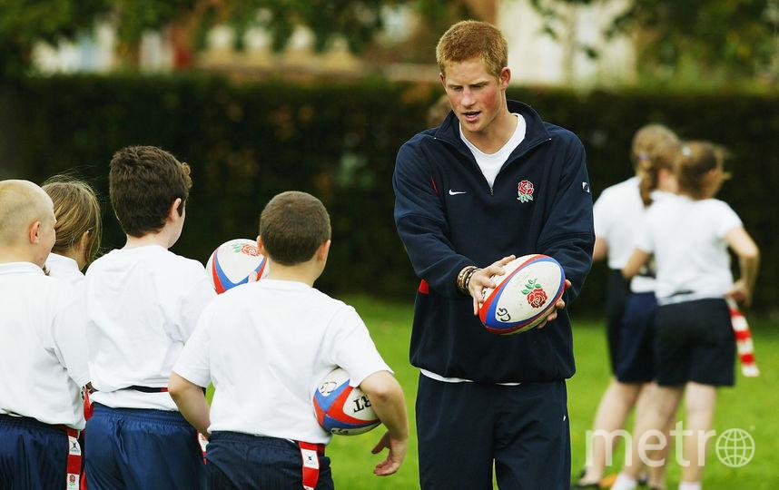 Принц Гарри учит школьников играть в регби, 2004 год. Фото Getty