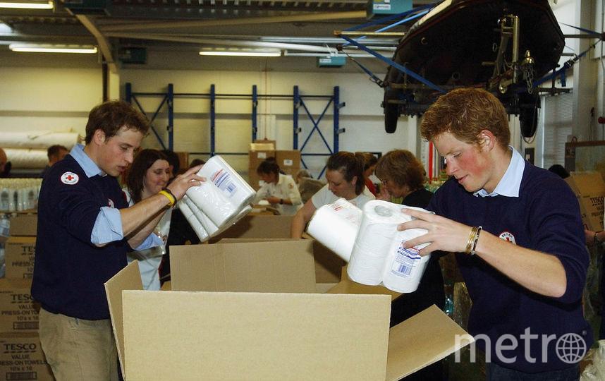 Принц Гарри с братом Уильямом работают добровольцами в центре Красного Креста, 2005 год.ается. Фото Getty