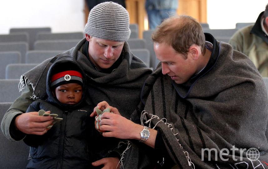 Принц Гарри с братом Уильямом во время визита в Лесото, 2010 год. Фото Getty