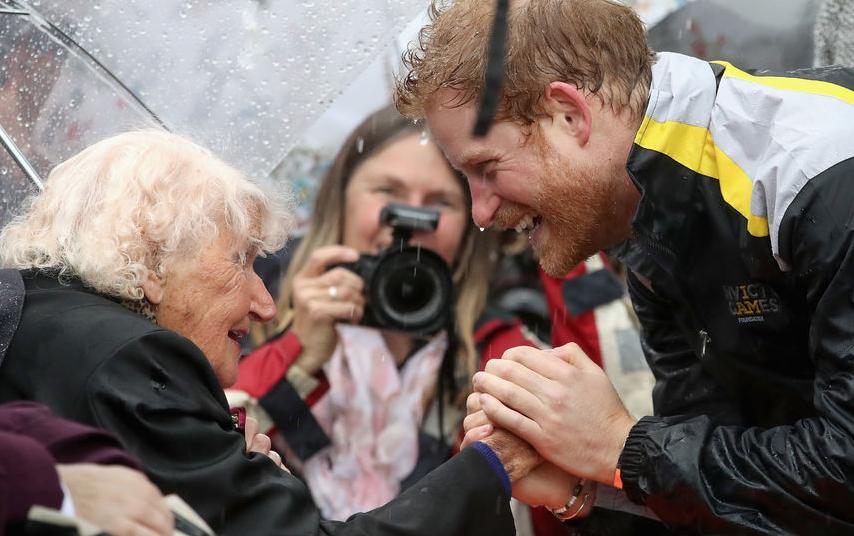 Принц Гарри и его австралийская фанатка Дафна Данн, 2017 год. Фото Getty