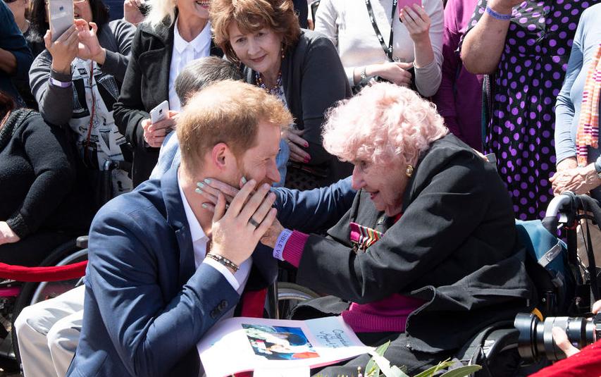 Принц Гарри и его австралийская фанатка Дафна Данн, 2018 год. Фото Getty