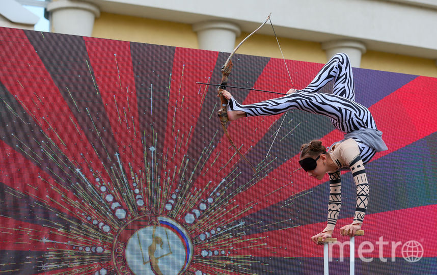 Диана Бутан (13 лет) из Краснодарского края держала лук ногами и с закрытыми глазами с 3 метров попала в мишень. Фото Василий Кузьмичёнок