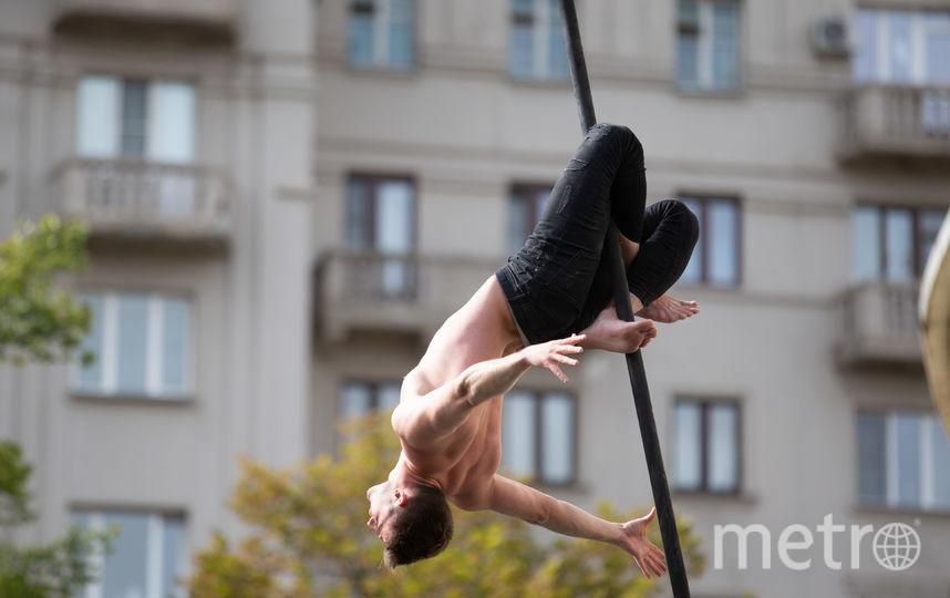 В центре Москвы ловкачи и силачи установили рекорды в честь 100-летия российского цирка. Фото Василий Кузьмичёнок