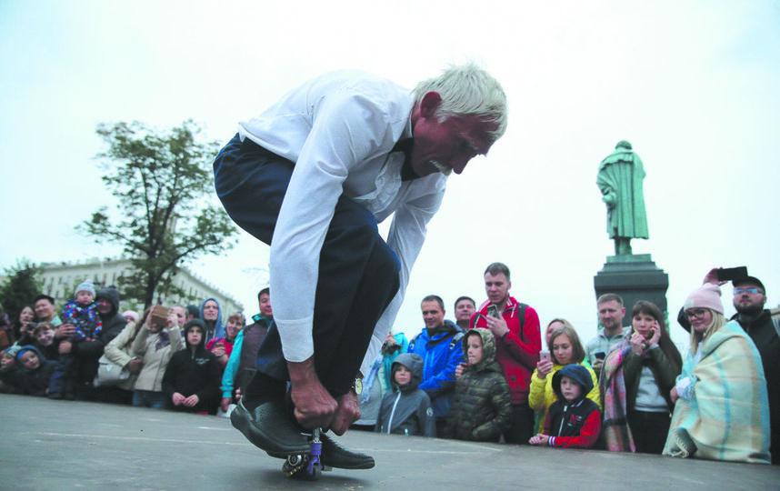 Сергей Дашевский (64 года) из Краснодара проехал 10 метров на самодельном велосипедике высотой 8,5 см. Фото Василий Кузьмичёнок