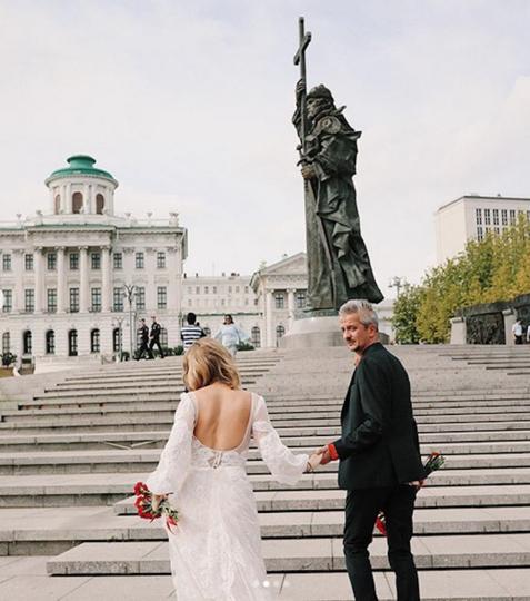 Возложение цветов тоже было. Но не к Вечному огню, а к памятнику-новоделу – князю Владимиру. Фото скриншот instagram @xenia_sobchak