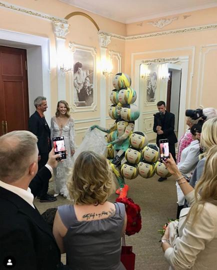 Одним из свидетелей пары в загсе стал художник Андрей Бартенев, нарядившийся в свои знаменитые «Пузыри надежды». Фото скриншот instagram @andreybartenev
