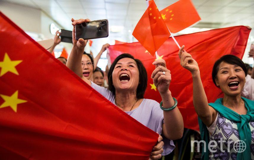 Пропекинские активисты также вышли на улицы. Фото AFP