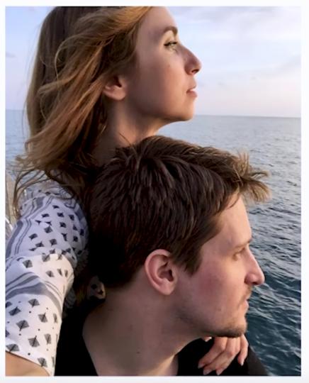 Сноуден с женой Линдси. Фото скриншот youtube The guardian , Скриншот Youtube