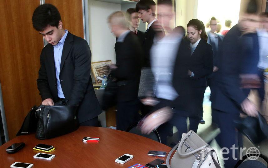 В некоторых школах ученикам запретили пользоваться смартфонами, в том числе на переменах. Фото ТАСС| Сергей Фадеичев
