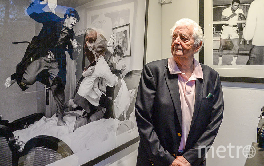 Гарри Бенсон на фоне своей работы. Фото Getty