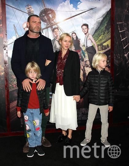 Наоми Уоттс и Лев Шрайбер с сыновьями. Фото Getty
