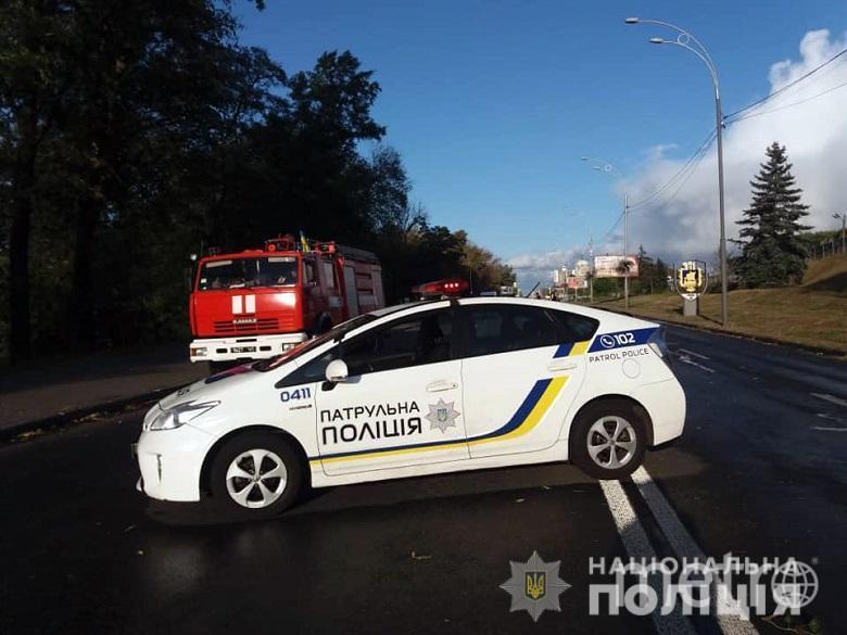 В Киеве мужчина открыл стрельбу и угрожает взорвать мост. Фото https://kyiv.npu.gov.ua