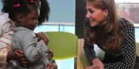 Редкий выход в брюках: Кейт Миддлтон встретилась с молодыми мамами