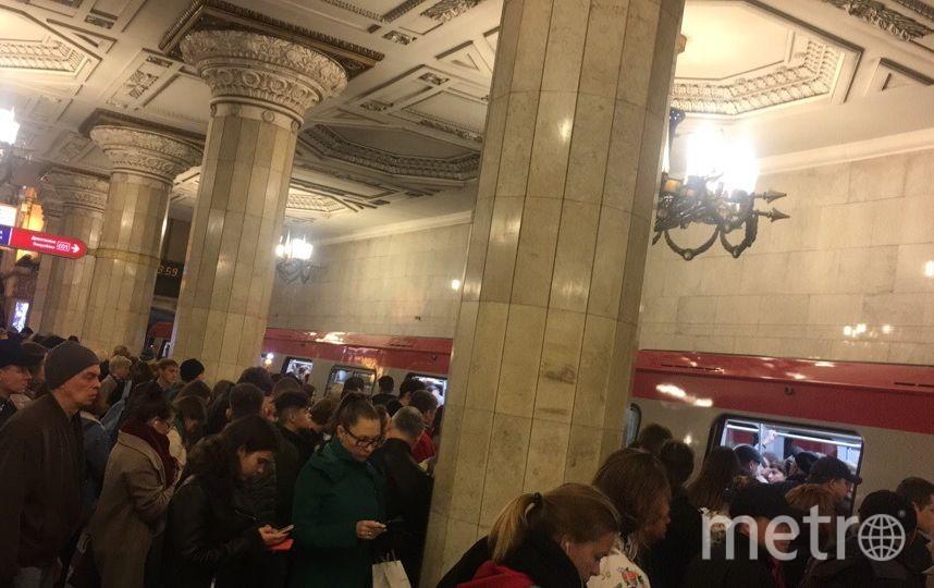 """Люди в Автово ждали поезда, стоя несколько минут. Фото https://vk.com/spb_today, """"Metro"""""""